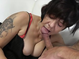 Fat mature spreads her legs for a MMF threeome on the Davenport